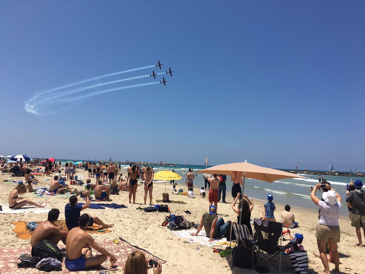 Par cette chaleur, on n'est bien qu'à la plage, d'autant plus quand on peut admirer en même temps un show aérien le jour de la fête de l'indépendance (photo : KH)