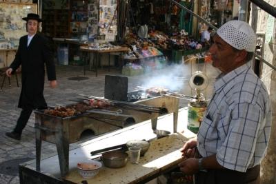 Habitants juifs et arabes dans la vieille ville de Jérusalem (photo www.goisrael.com)