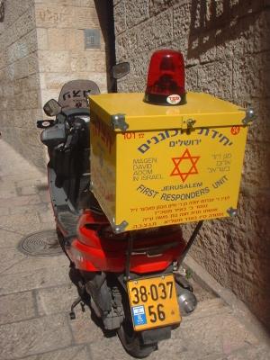 En dehors de ses ambulances classiques, le MDA dispose également de scooters pour apporter les premiers secours (photo : Bachrach44/Wikimedia).