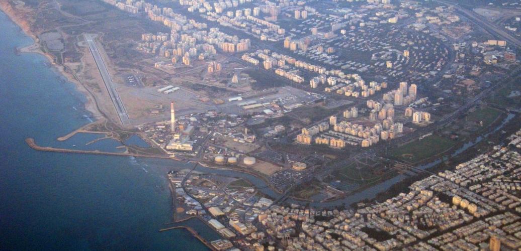Vue de la piste d'atterrissage de l'aéroport Sde Dov où une zone résidentielle va prochainement être construite (photo : Wikimedia).
