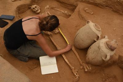Une archéologue sur le chantier des fouilles d'Ashkelon (photo : Leon Levy Expedition to Ashkelon)