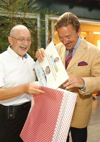 L'ambassadeur de Suisse, S.E. Andreas Baum, reçoit un cadeau d'adieu du président du GIS, Jacques Korolnyk (photo : ambassade de Suisse en Israël)