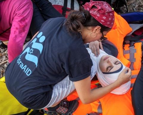 Une collaboratrice d'IsraAID aide des réfugiés sur l'île de Lesbos (photo : IsraAID)