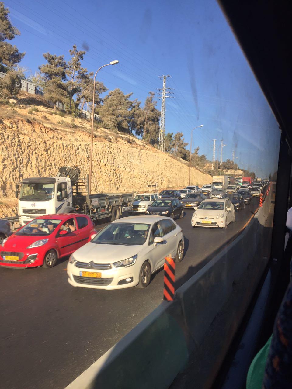 Les embouteillages font partie du quotidien sur les routes israéliennes, comme ici sur la route de Jérusalem à Tel-Aviv (photo : merci à Lissy Kaufmann ).