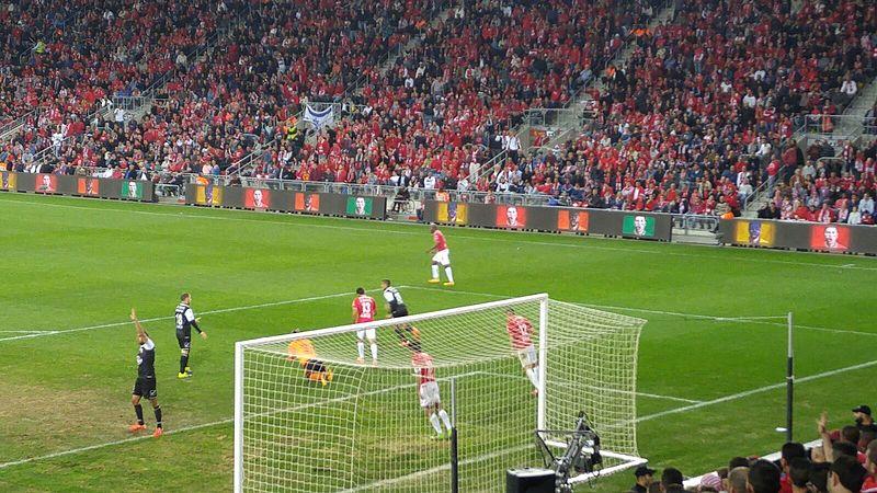 Les joueurs de l'Hapoel Beersheva (en tricot rouge) ont battu l'Inter Milan (photo : Danny-w/Wikimedia Commons).