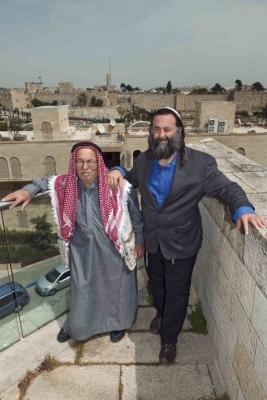 Eliyahu McLean, Directeur d'Abrahamic Reunion, et Haj Ibrahim Ahmad Abu El-Hawa, médiateur (photo : Herlinde Koelbl/Mishkenot Sha'ananim, Jérusalem).