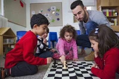 L'instructeur d'échecs Daniel Morgan et ses élèves (photo : Herlinde Koelbl/Mishkenot Sha'ananim, Jérusalem)