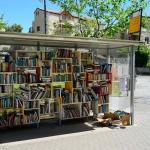 Des livres mis gratuitement à disposition – arrêt de bus-librairie à Jérusalem (photo : Naftali Hilger)