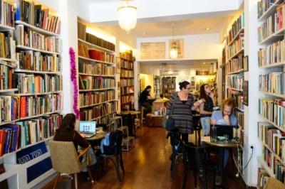 Beaucoup de livres fascinants dans la librairie café 'Petit Prince' à Tel-Aviv (photo : Naftali Hilger)