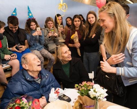Grâce à l'association, Ernest Weiner fête dans la joie son 92ème anniversaire en présence du supermodèle israélien Bar Rafaeli (photo : page Facebook de l'Association pour l'aide immédiate aux rescapés de la Shoah)