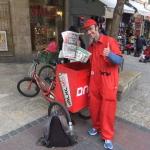 Le journal gratuit Israel Hayom est distribué chaque jour dans tout le pays, comme ici à Jérusalem (photo : יעקב/Wikimedia Commons).