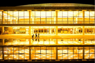 Outre la plage, Ido Biran sait également mettre en scène les autres quartiers de la ville comme ici le théâtre Habima la nuit (photo : Ido Biran)