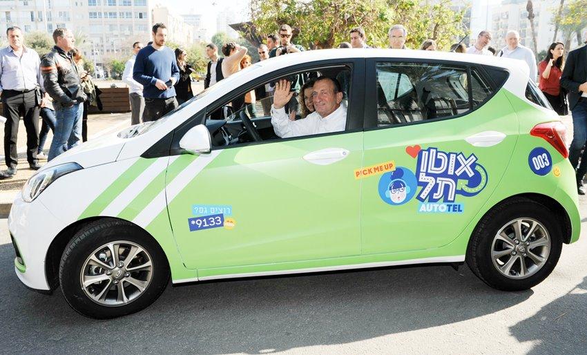 Seul le maire de Tel-Aviv, Ron Huldai, salue amicalement quand il est au volant d'une voiture (photo : municipalité de Tel-Aviv)