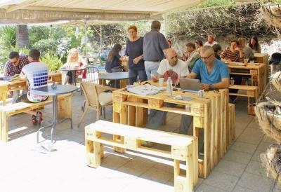 Meubles d'A.I.R. dans un café de Tel-Aviv (photo : A.I.R.)