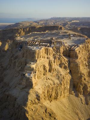 Vue sur la forteresse de Massada surplombant la mer Morte (photo : Andrew Shiva/Wikipedia).