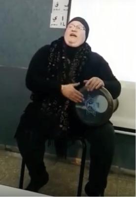 La darbouka joue un rôle plus important dans l'enseignement prodigué par Jihan Jirber que le tableau noir et la craie (photo : capture d'écran de la vidéo sur YouTube)