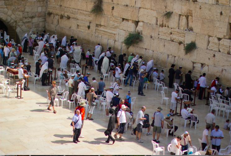 Israéliens et touristes devant le Kotel (photo : shutterstock).