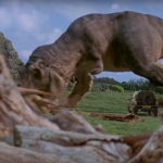 Bien entendu, la voiture a également rencontré un dinosaure... vraiment ? photo : capture d'écran Youtube)