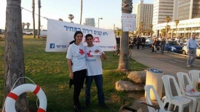 Deux activistes distribuent des tracts à Tel-Aviv