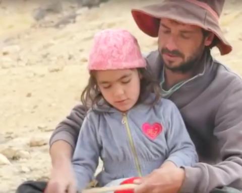 Ron Meltzer enseigne à une petite fille la sculpture sur bois (photo : capture d'écran Youtube.com)