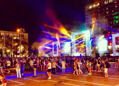 Ambiance débridée sur la place Rabin (photo : Twitter @Ostrov_A)