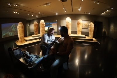 En mission spéciale : des tatoueurs dans le Musée d'Israël à Jérusalem (photo : www.artists4israel.org)
