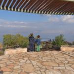 Visiteurs au Carl Lutz Memorial Square avec une vue sur la mer de Galilée (Photo : Michael Huri, Kkl)