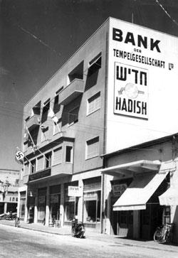 Photographie de Carl Lutz : banque de la Société des templiers à Jaffa avec le drapeau à croix gammée
