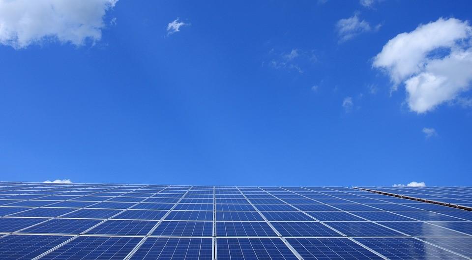 Davantage d'énergie alternative en Israël grâce aux panneaux solaires dans les foyers privés (photo : Pixabay).
