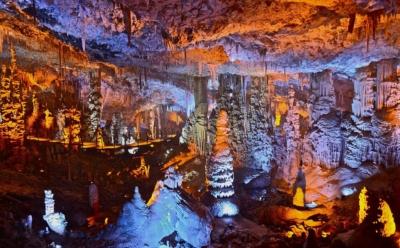 On ignore encore si la grotte de Rosh Ha'ayin est aussi spectaculaire que la grotte Avshalom près de Jérusalem (photo : יגאל דקל/Wikimedia Commons)