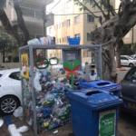 En jetant ses bouteilles dans ces cages grillagées, on pense agir en faveur de l'environnement (photo : KHC)