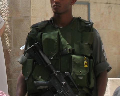 Israélien d'origine éthiopienne travaillant pour la police des frontières (photo : Wikimedia Commons, James Emery de Douglasville, USA).