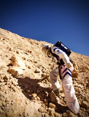 """Un """"Ramonaute"""" dans la version israélienne de la planète rouge (photo : Dr Niamh Shaw)"""