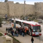 Car de tourisme devant les murs de la vieille ville de Jérusalem (photo : Wikimedia/תמרה).