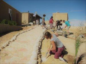 Des bénévoles de l'organisation Ayalim travaillant sur un nouveau projet de lotissement à Yeru'ham, en plein Néguev (photo : page Internet d'Ayalim)