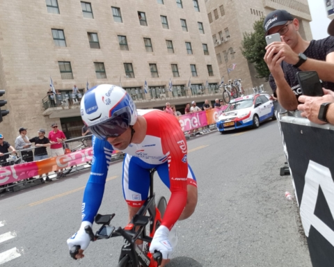 Les coureurs inaugurent le premier vélodrome d'Israël (photo : capture d'écran rapport vidéo MSN, vidéo)