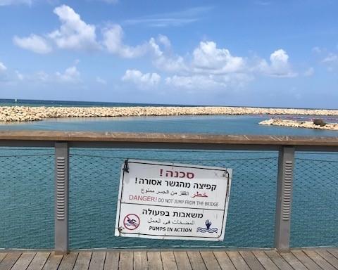 En Israël, la plupart des panneaux sont multilingues (photo : KHC)