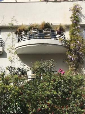 Jardin d'un bâtiment Bauhaus à Tel-Aviv (photo : KHC).