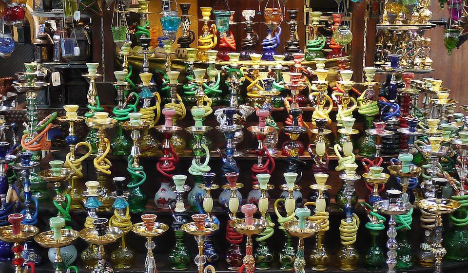 A la plage ou au café, de nombreux Israéliens - notamment les Arabes israéliens ou les Juifs israéliens originaires de pays arabes – fument la chicha (photo: Pixabay).