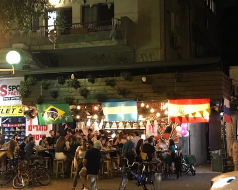 Clients regardant un match dans un bar de Tel-Aviv (photo : KHC).