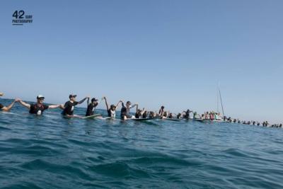 Protestation de surfeurs sur les côtes d'Herzliya contre le projet de Nobel Energy afin de préserver la beauté de la Méditerranée (photo : 42 SURF PHOTOGRAPHY)