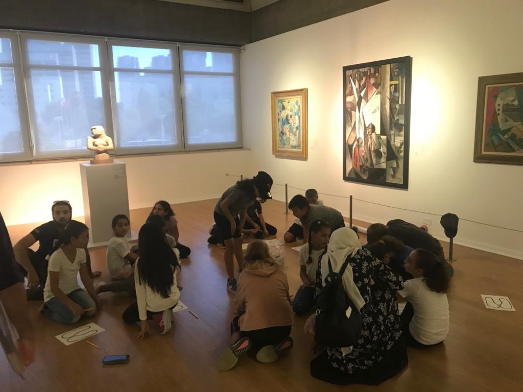 Les élèves arabes et juifs travaillent ensemble à une œuvre sur les contradictions (photo : KHC.)