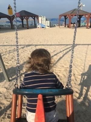 Se balancer avec une telle vue-les enfants ne peuvent pas le faire dans de nombreuses villes.(Photo KHC)