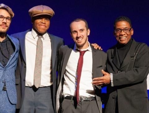 Tom Oren (2ème à droite) avec les autres finalistes et le directeur de l'institut, Herbie Hancock (1er à droite) lors de la remise du prix (photo : Steve Mundinger/Thelonious Monk Institute of Jazz).