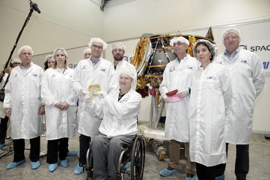 L'équipe de SpacelL et d'IAI présente les disques numériques contenant d'importants documents historiques qui seront envoyés dans l'espace (photo : SpaceIL)