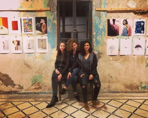 Rotem Faifer (à gauche) et Naama Segal (à droite) ont eu l'idée de cette exposition qui a été organisée par Naama Klaiman (au centre) (photo: Daniel Lachnayi).