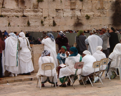 Israéliens d'origine éthiopienne priant devant le Mur des Lamentations à Jérusalem (photo : CC BY-SA 3.0, https://commons.wikimedia.org/w/index.php?curid=595690)