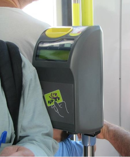 Dispositif de validation de la carte Rav-Kav dans le tramway de Jérusalem  (photo : Roy758/wikimedia commons).