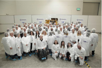 L'équipe de SpacelL avec la sonde en arrière-plan (photo : Presse SpaceIL)