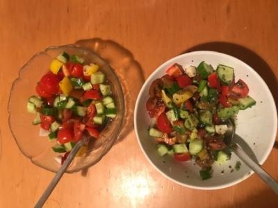 En Israël, la salade est systématiquement au menu du petit-déjeuner, du déjeuner et du dîner (photo : KHC).